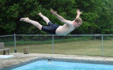tirarse lanzarse piscina